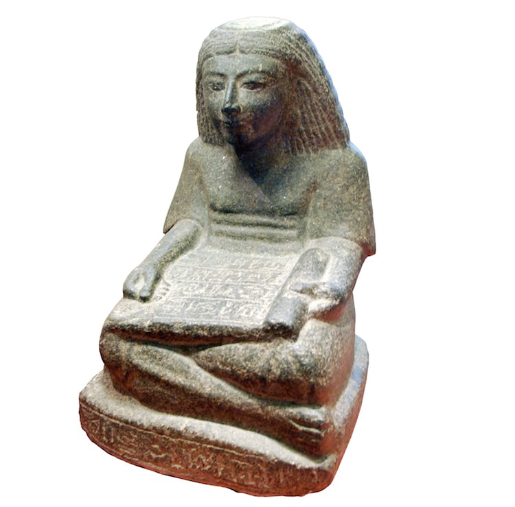 Escultura con un rollo de papiro