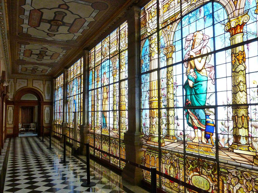 Pasillo de vitrales en el Castillo de Chapultepec
