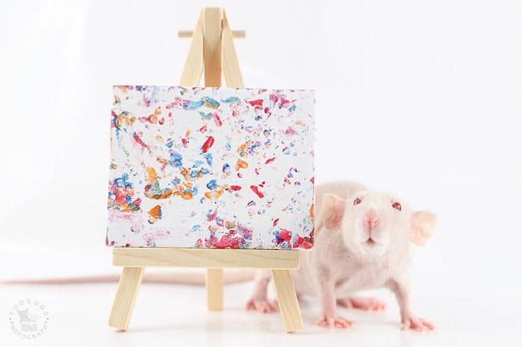 Rata pintando una obra de arte