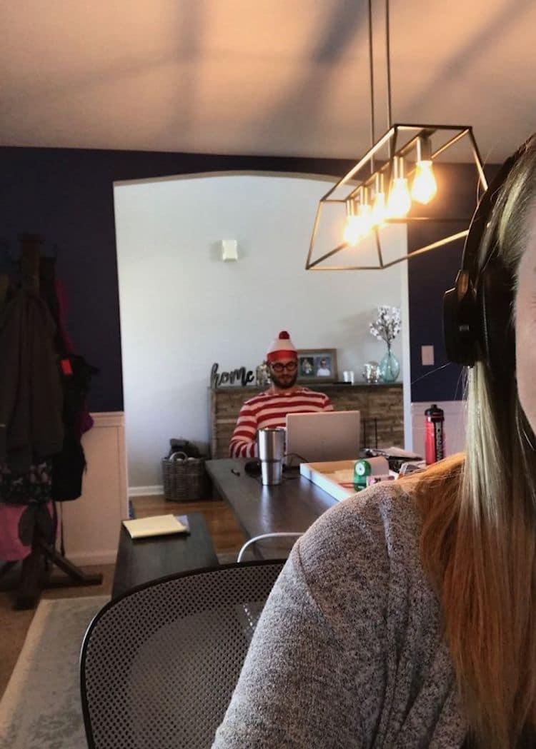 Hombre disfrazado de Wally en el fondo de una videoconferencia de Zoom