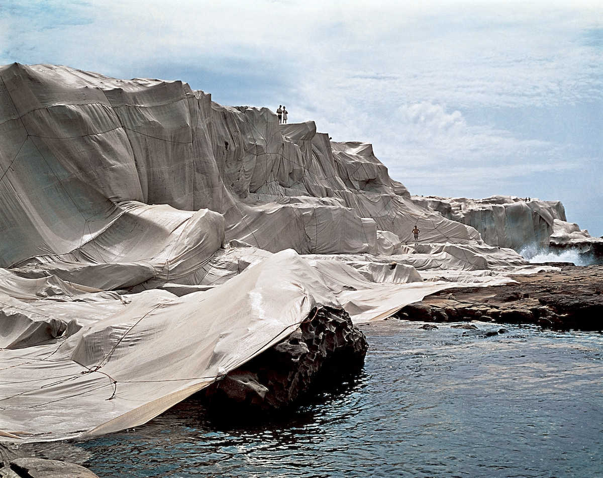 costa envuelta por Christo y Jeanne-Claude