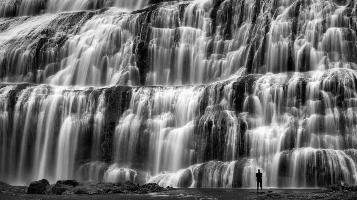 Foto de una cascada en blanco y negro