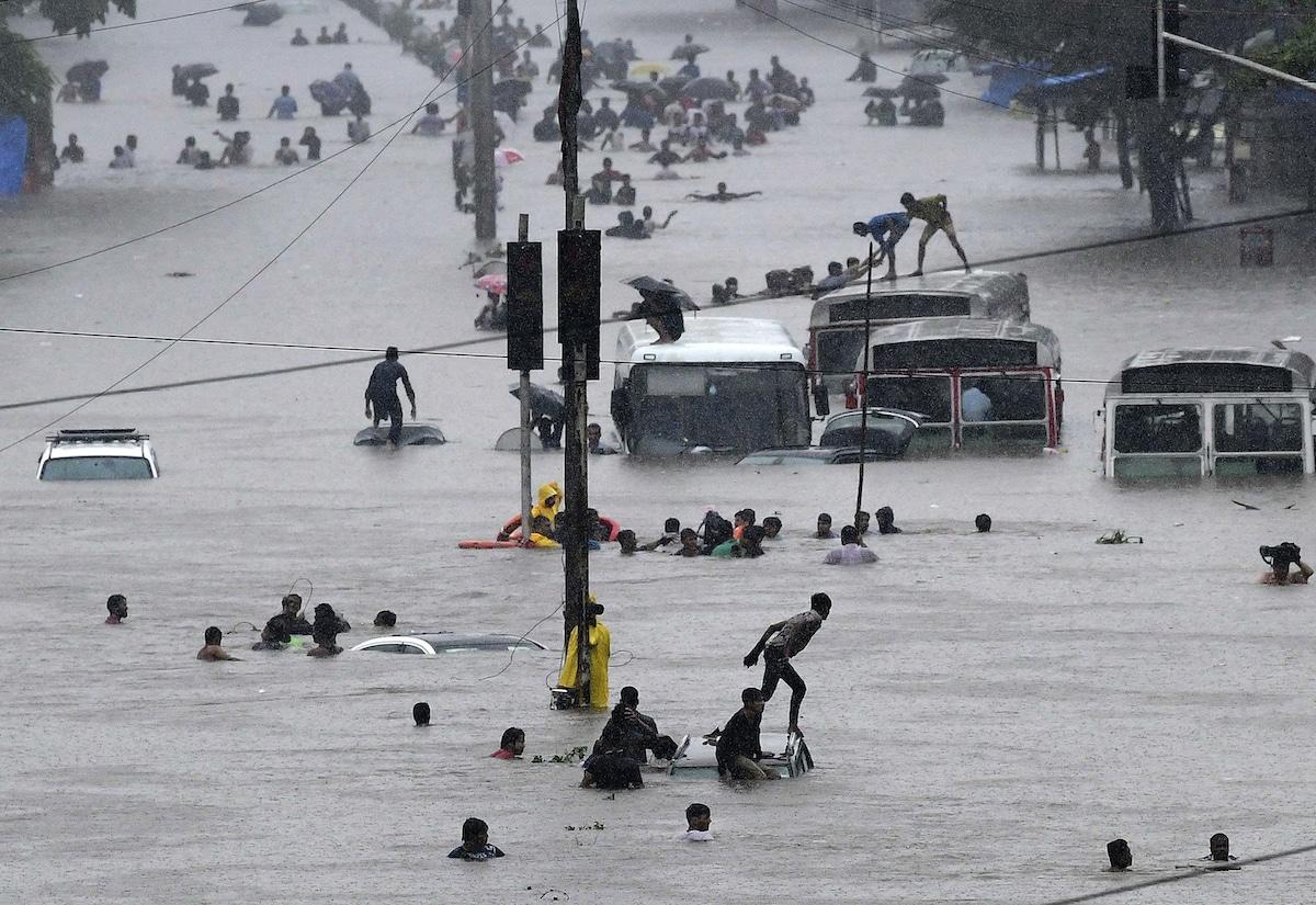 Gente durante una inundación en Bombay
