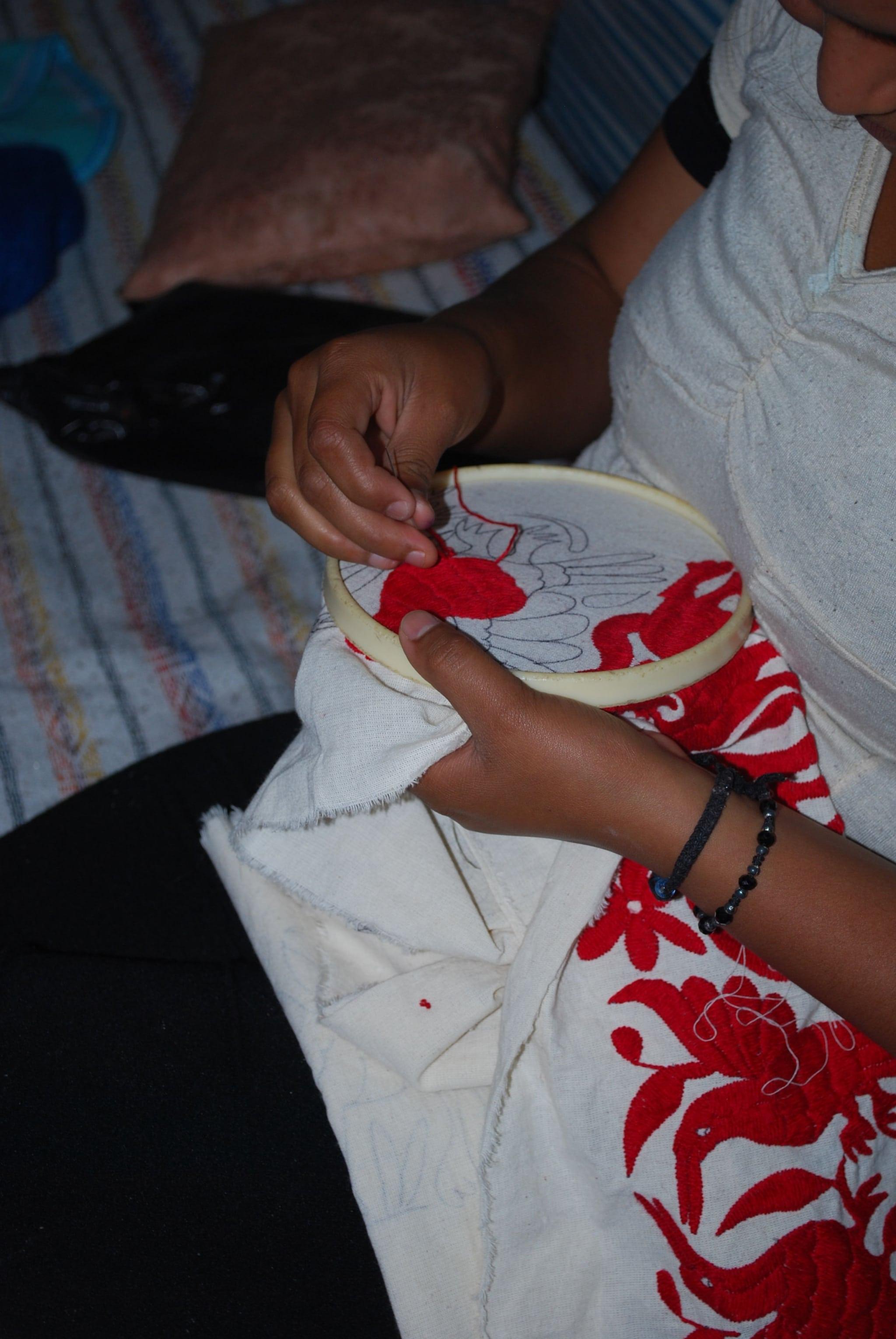 Artesana bordando un tenango