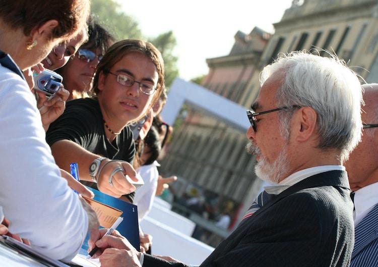 Hayao Miyazaki firmando autógrafos