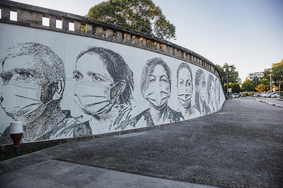 Mural de Vhils en un hospital de Oporto, Portugal