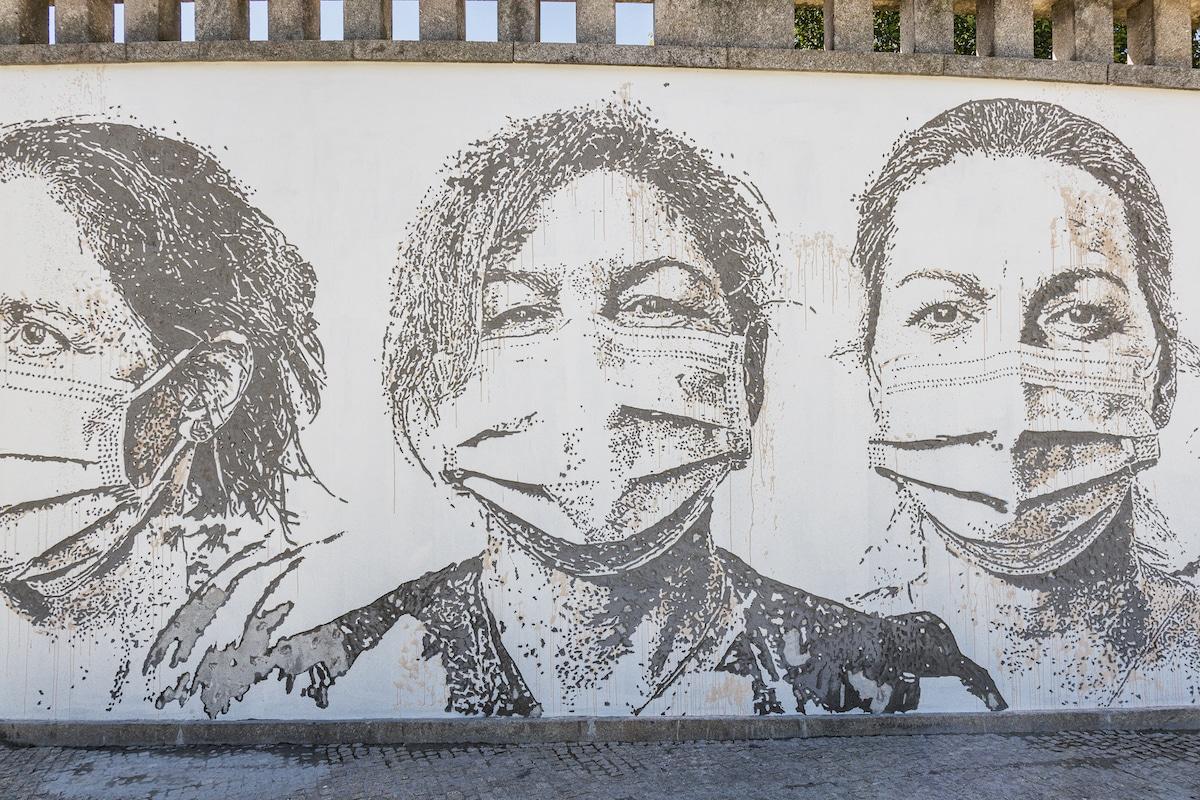 Mural en homenaje a los trabajadores de salud en el Centro Hospitalar Universitário de São João, Portugal por Vhils