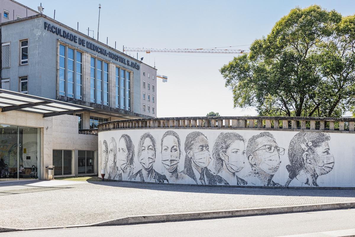 Mural de trabajadores de salud en el Centro Hospitalar Universitário de São João, Portugal por Vhils