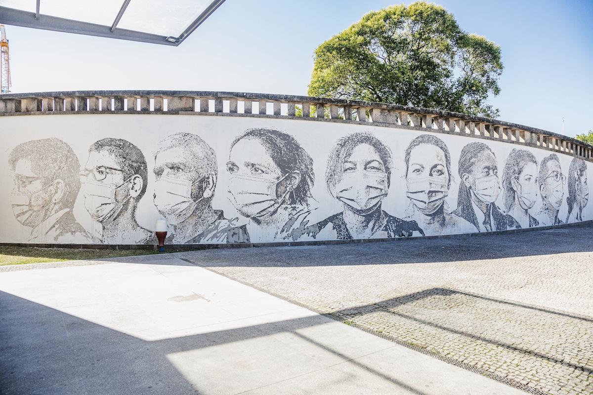 Mural en homenaje a los trabajadores de la salud por Vhils