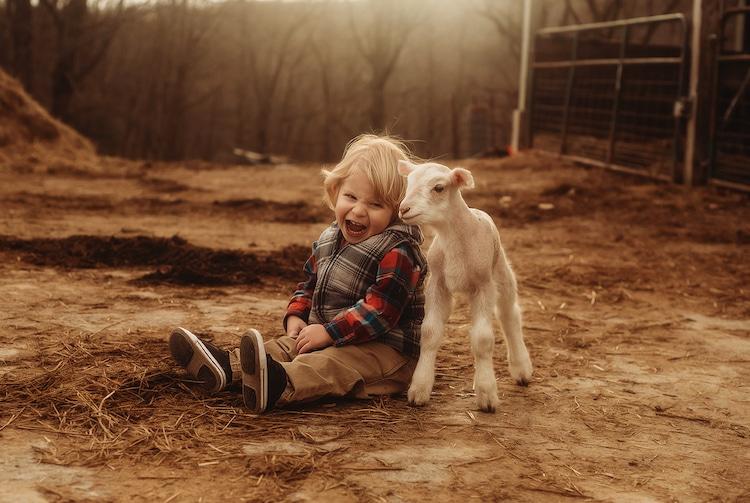 Fotos de niños y animales bebés