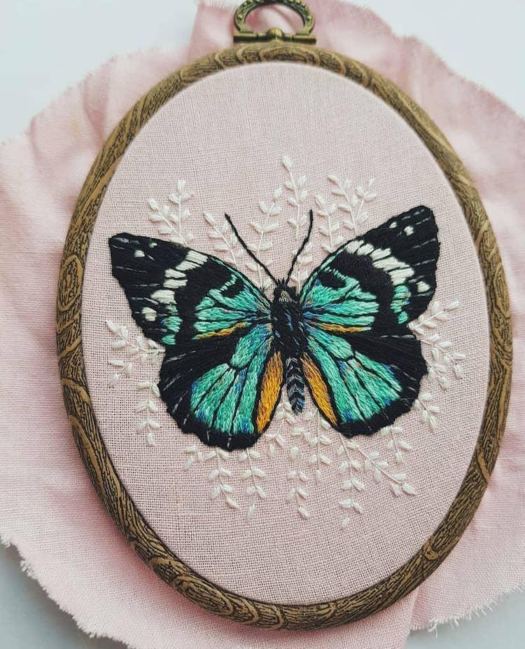 Mariposas bordadas por Georgie Emery