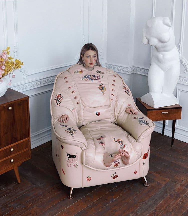 femme fusionnée avec fauteuil