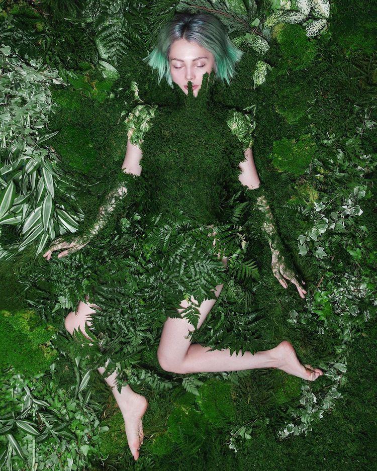 femme couverte de plantes