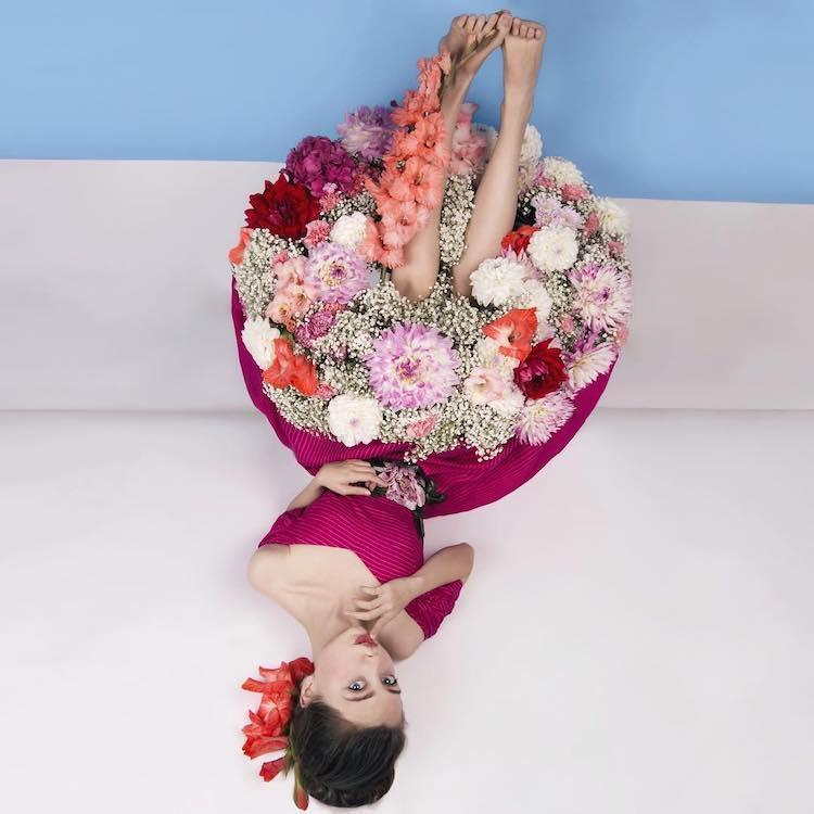 femme habillée en bouquet de fleurs
