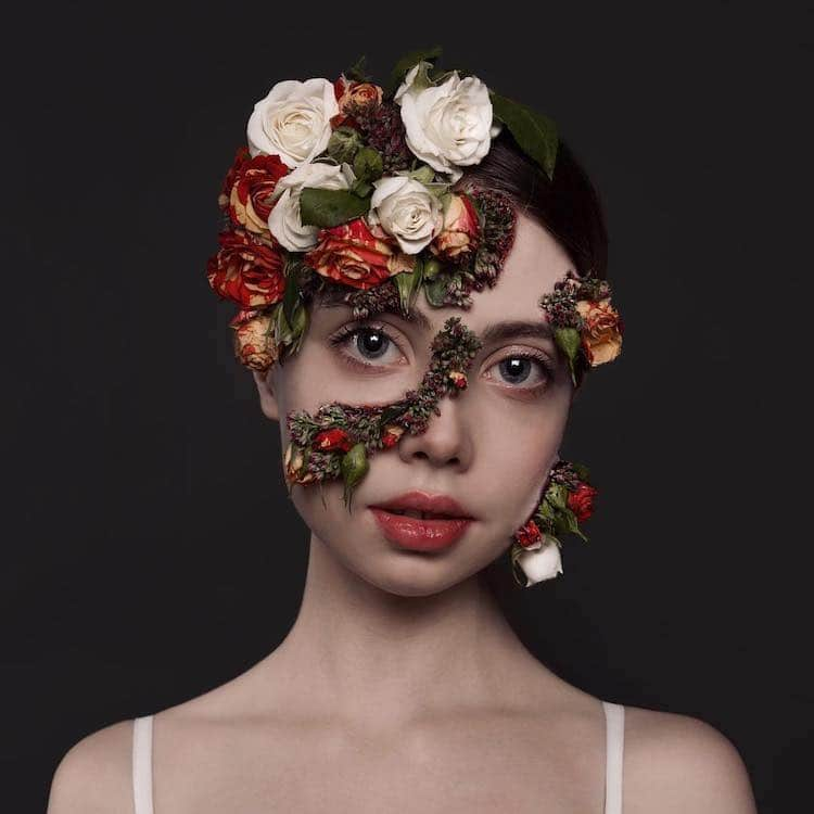 femme avec fleurs recouvrant son visage