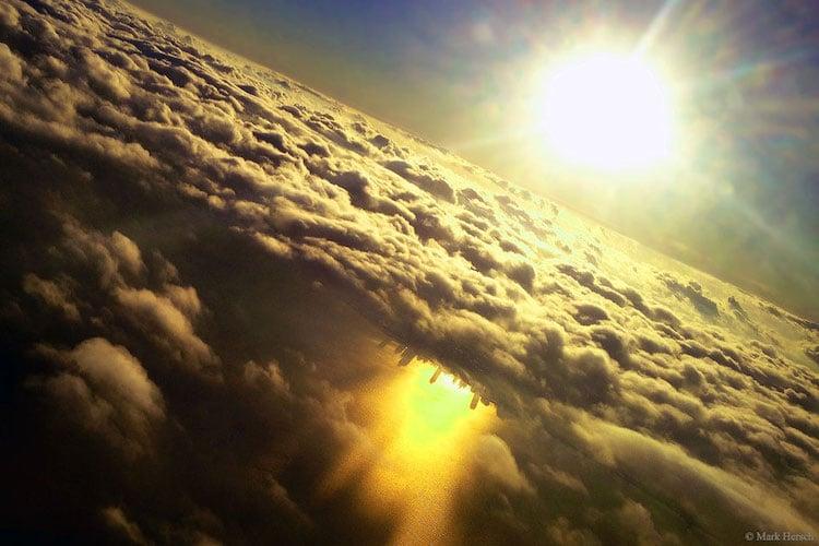 ciudad al reves en las nubes por Mark Hersch