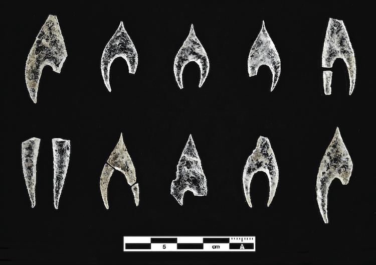 Puntas de flecha prehistóricas hechas de cristal de roca