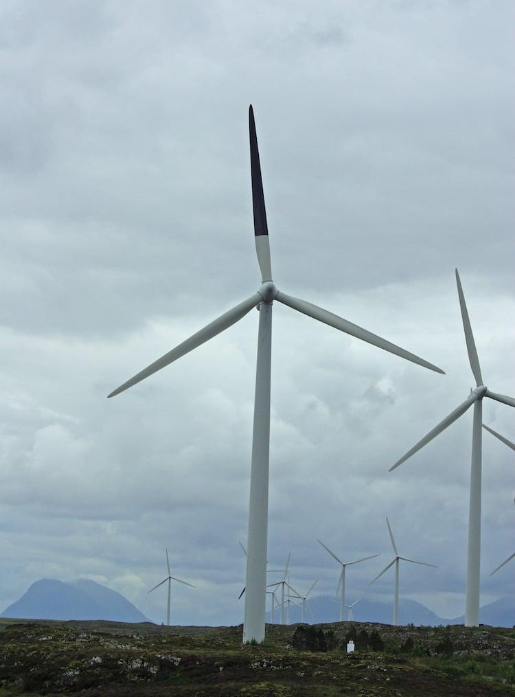 Turbina eólica con una pala pintada de negro