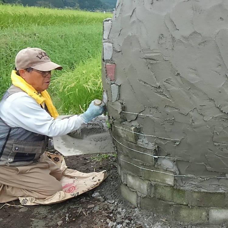 Abuelos japoneses construyendo una escultura de Totoro