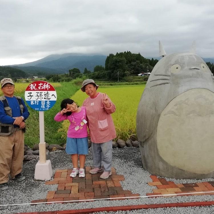 Abuelos japoneses en la parada de autobús de Totoro