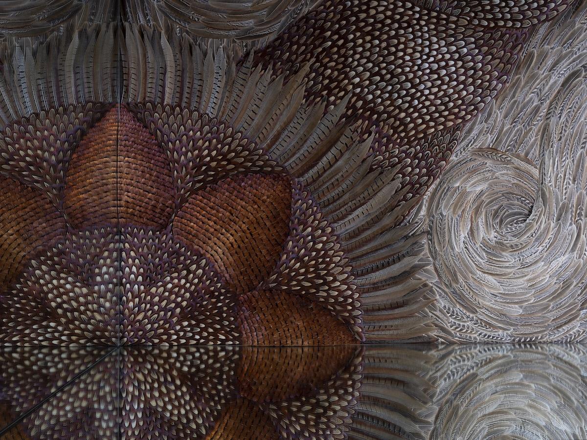 instalacion con plumas de paloma por Kate MccGwire