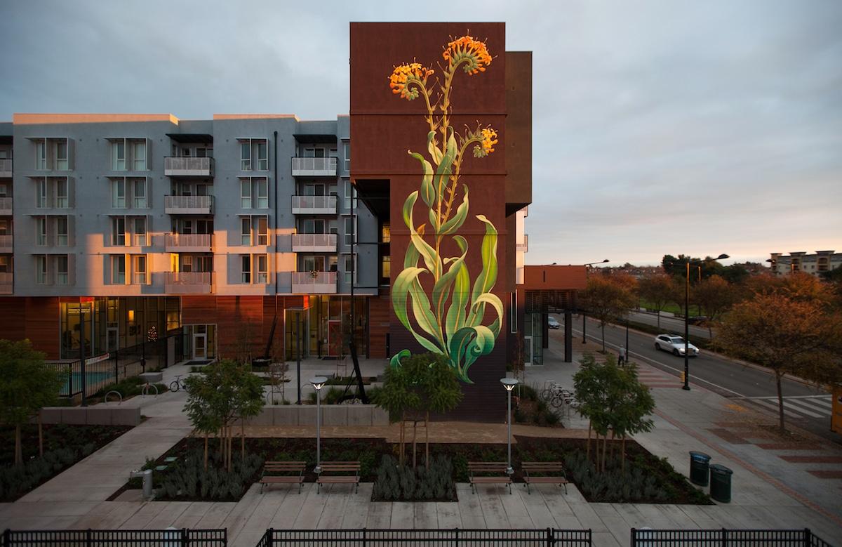 Mural de flores de Mona Caron