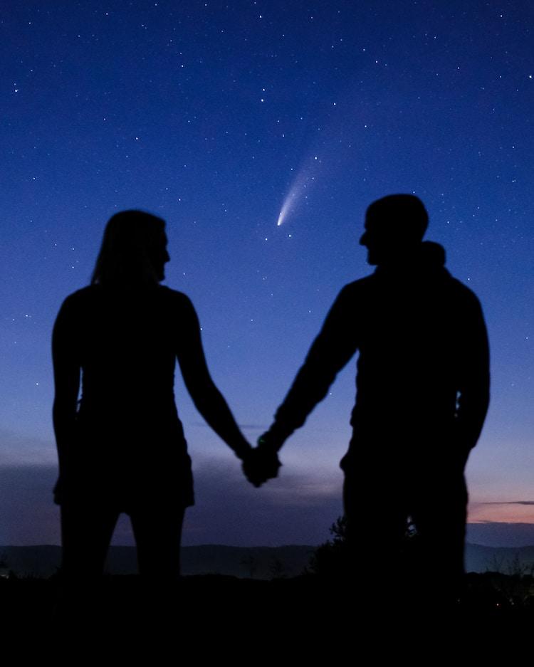 Pareja se compromete bajo el cometa Neowise