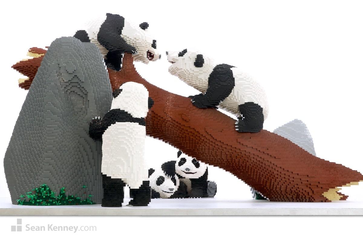 Escultura de pandas hecha con LEGO por Sean Kenney