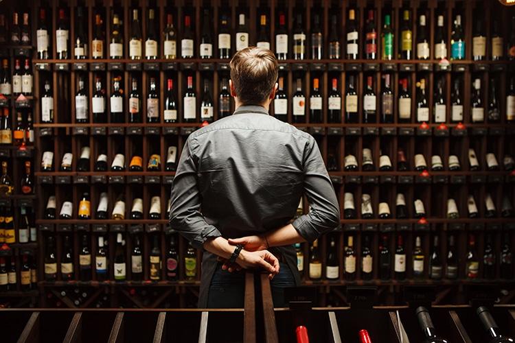 Sumiller examinando botellas de vino