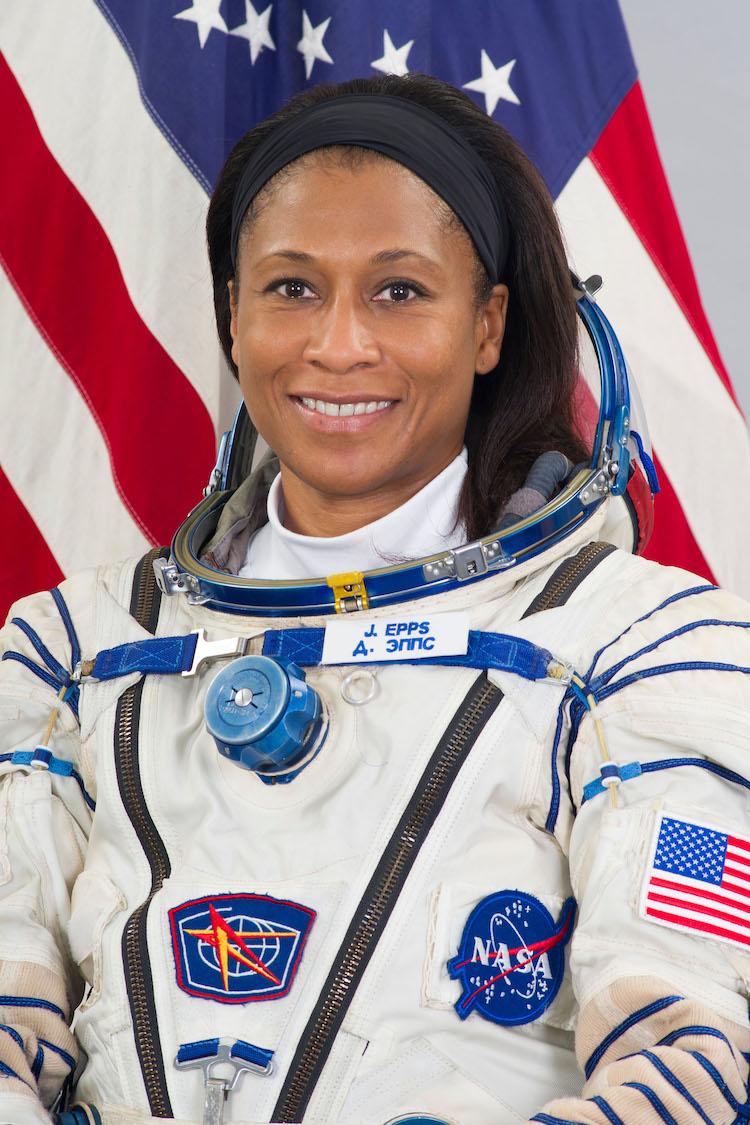 Jeanette Epps en su uniforme de astronauta