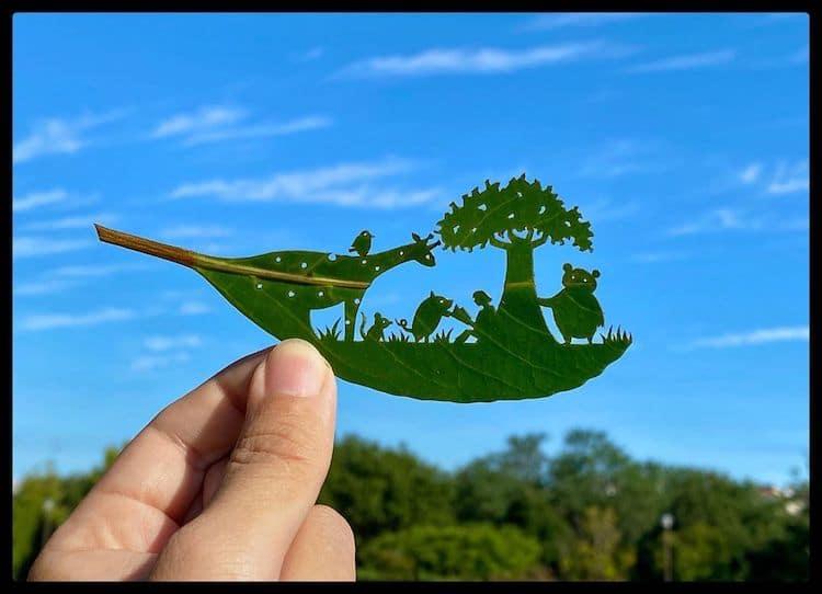 Este increíble artista crea escenas complejas en las hojas de los árboles