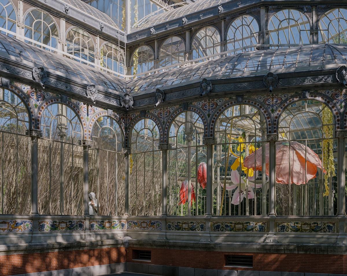flores de Petrit Halilaj en el palacio de cristal