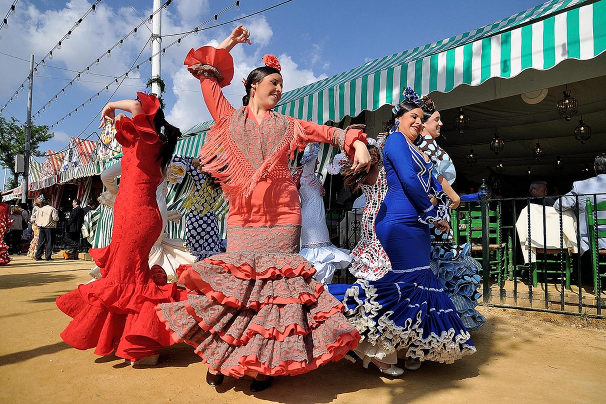 Baliarinas de flamenco en la Feria de Abril de Sevilla