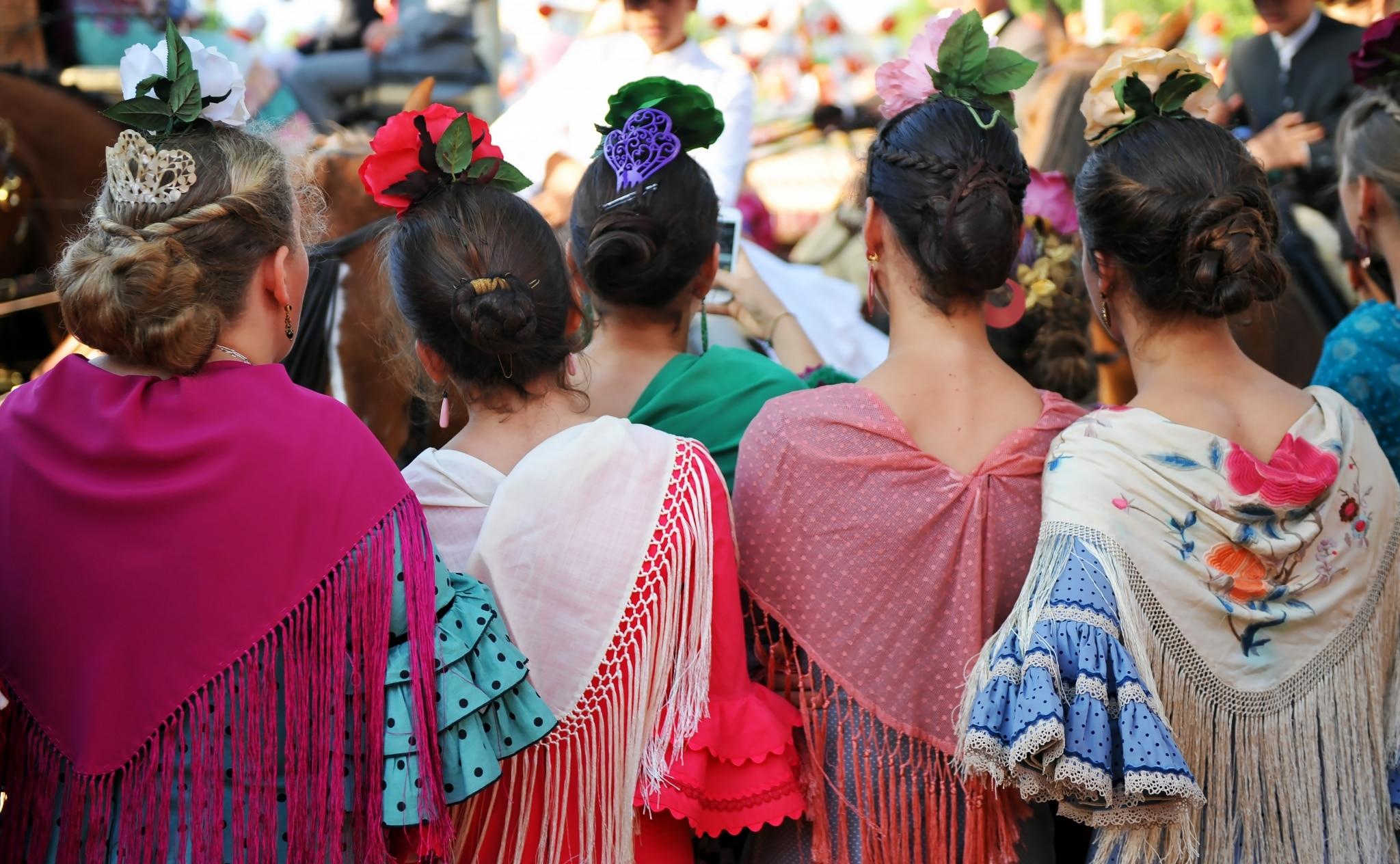 Mujeres vestidas con trajes de flamencas