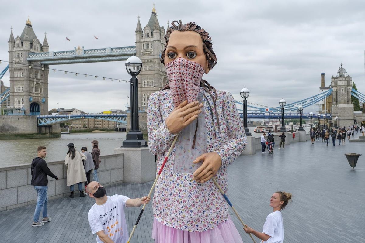 Little Amal en London Bridge