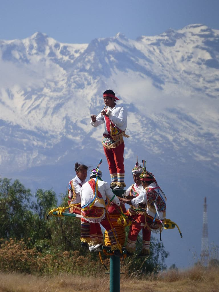 Voladores antes de empezar la danza ritual