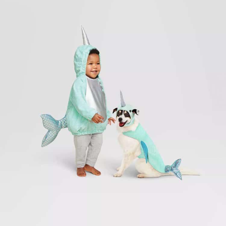 Niño y perro disfrazados de narval