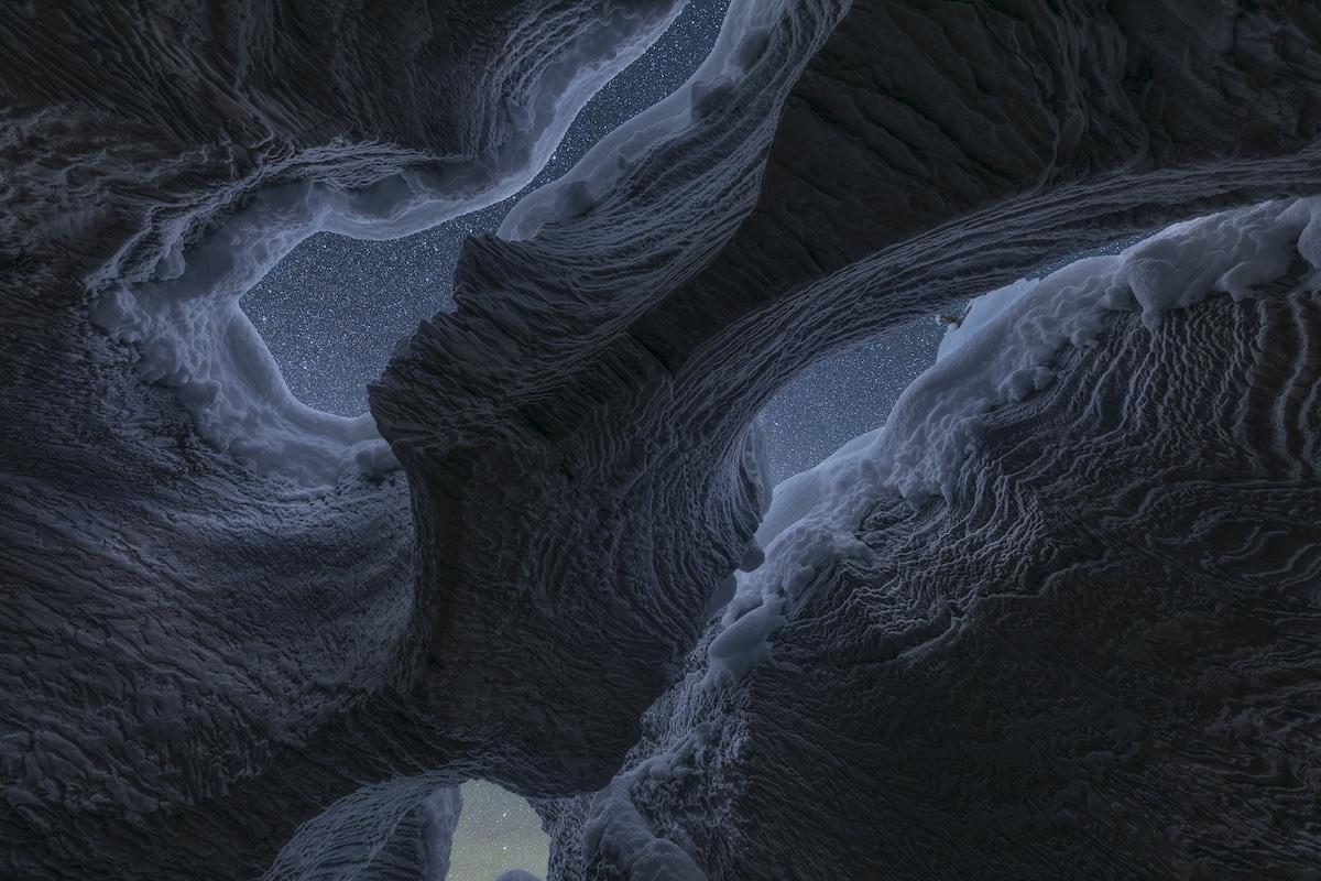 Vsta de las estrellas desde el interior de una cueva