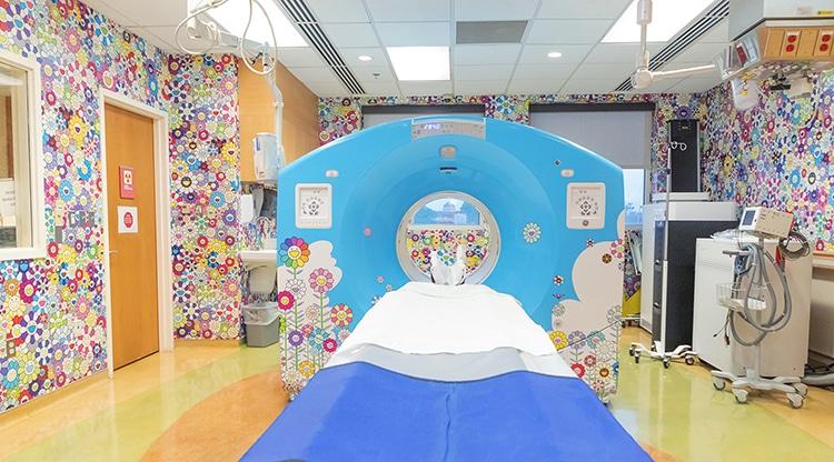 Murakami sala de hospital decorada