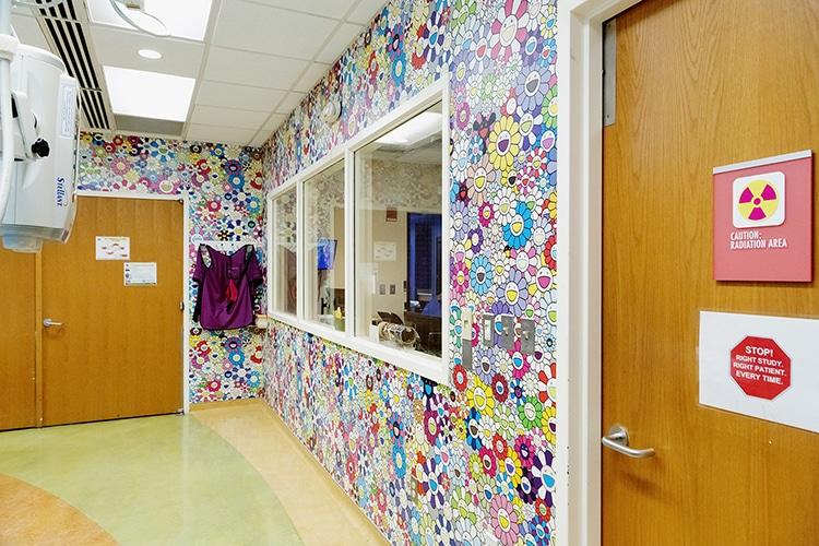 Takashi Murakami decora hospital con flores