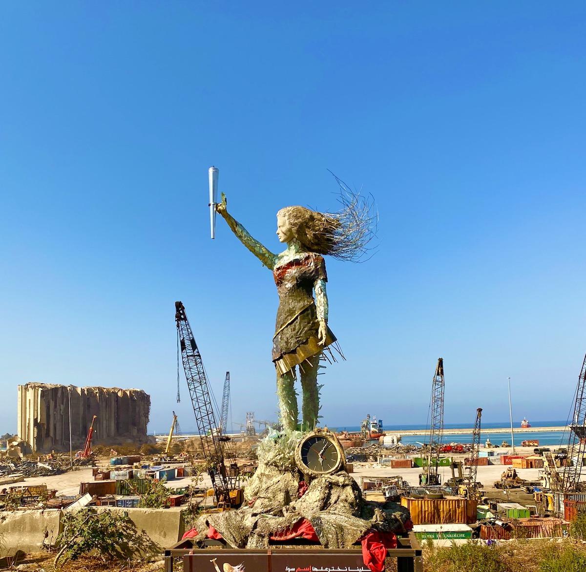 escultura con escombros de explosion de beirut por Hayat Nazer