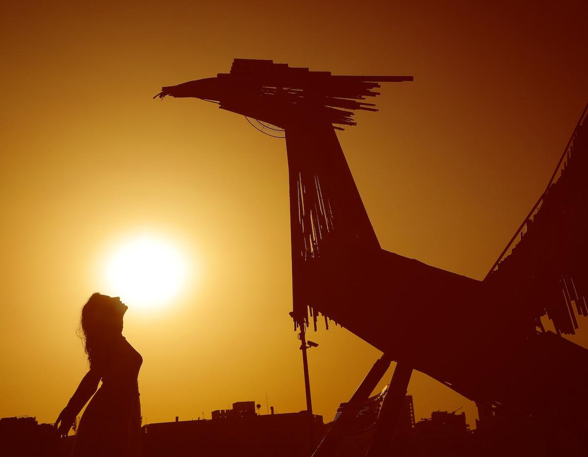 Hayat Nazer con escultura de fenix en beirut