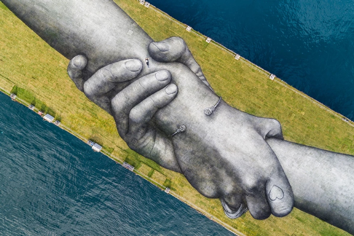 Mural of Two Arms Holding Each Other in Istanbul