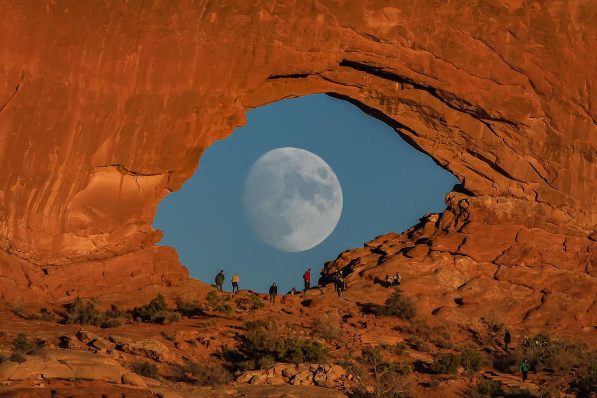 foto de la luna con forma de ojo