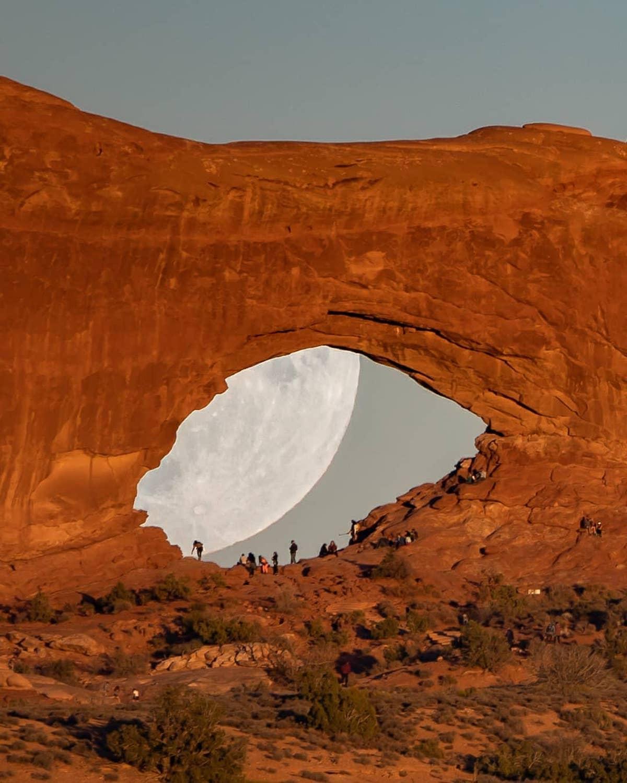 fotos de la luna en el desierto por Zach Cooley