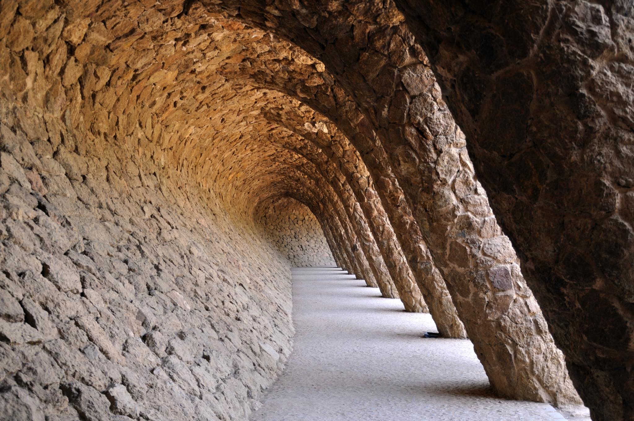 Arcos de piedra en el Parque Güell de Barcelona