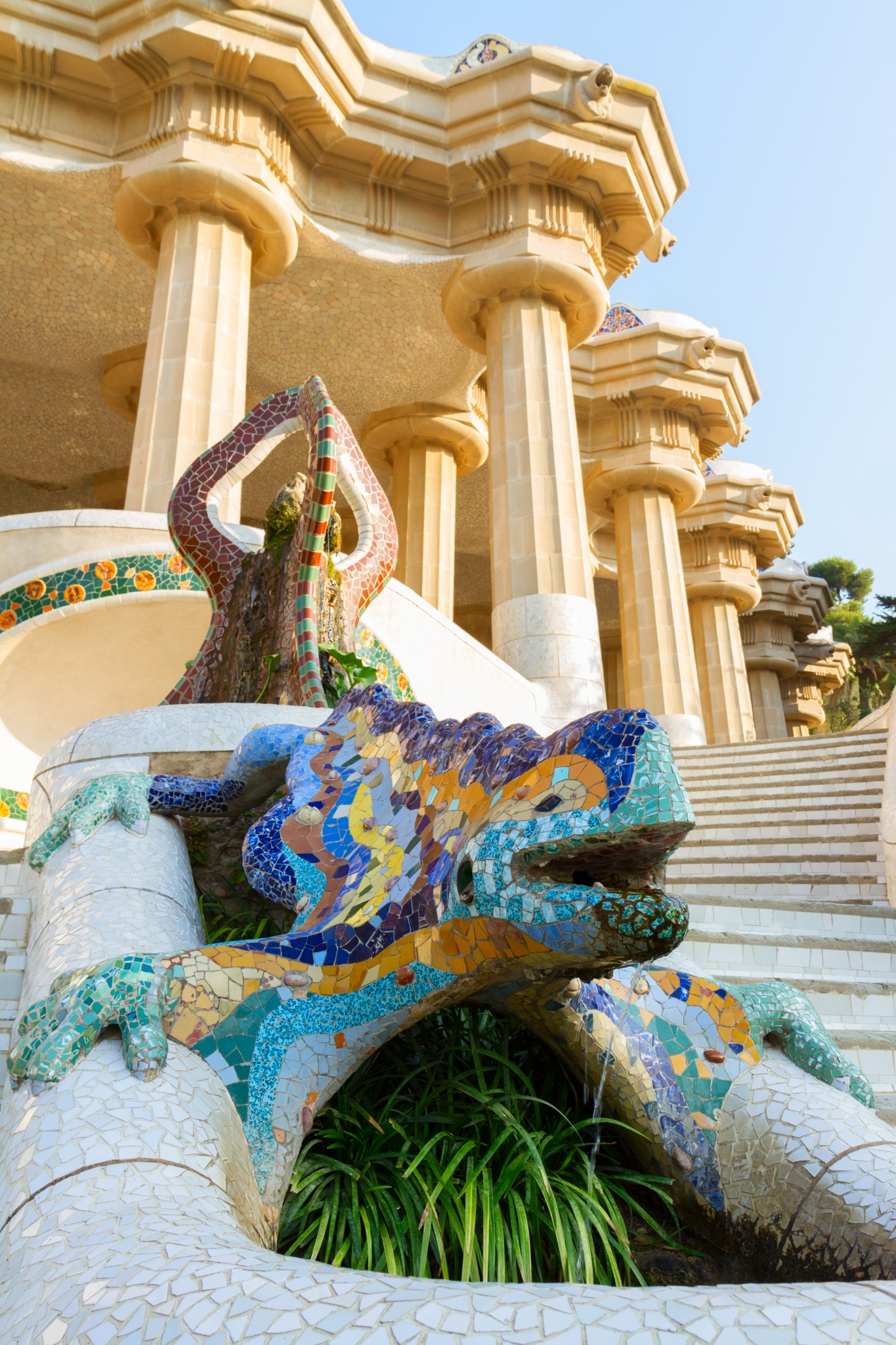 Fuente de salamadra y escalinata en el Parc Güell