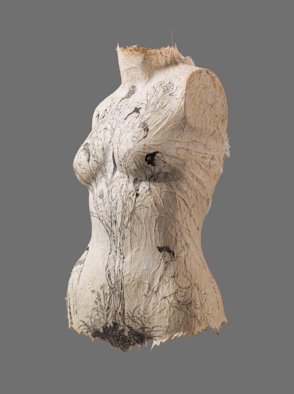 Esculturas de torsos femeninos pintados