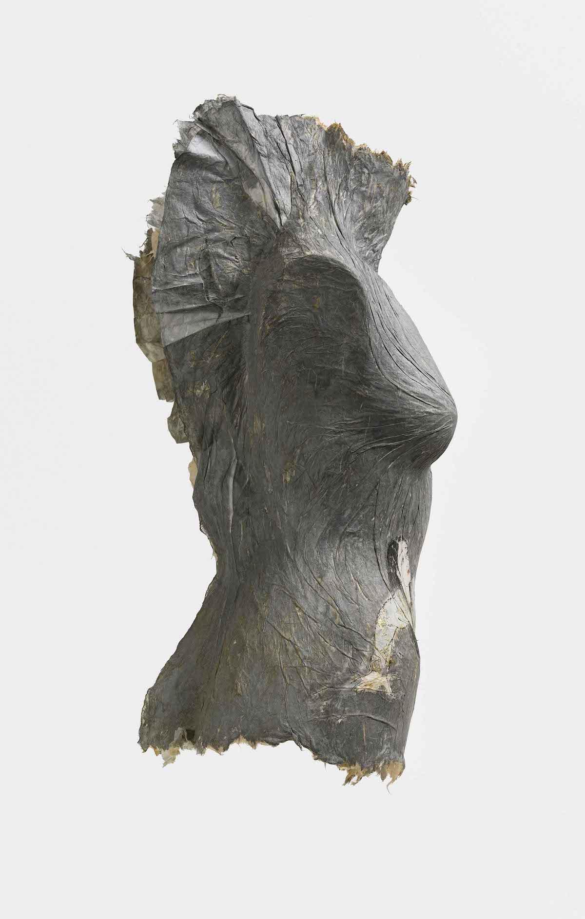 Escultura de un torso femenino pintado