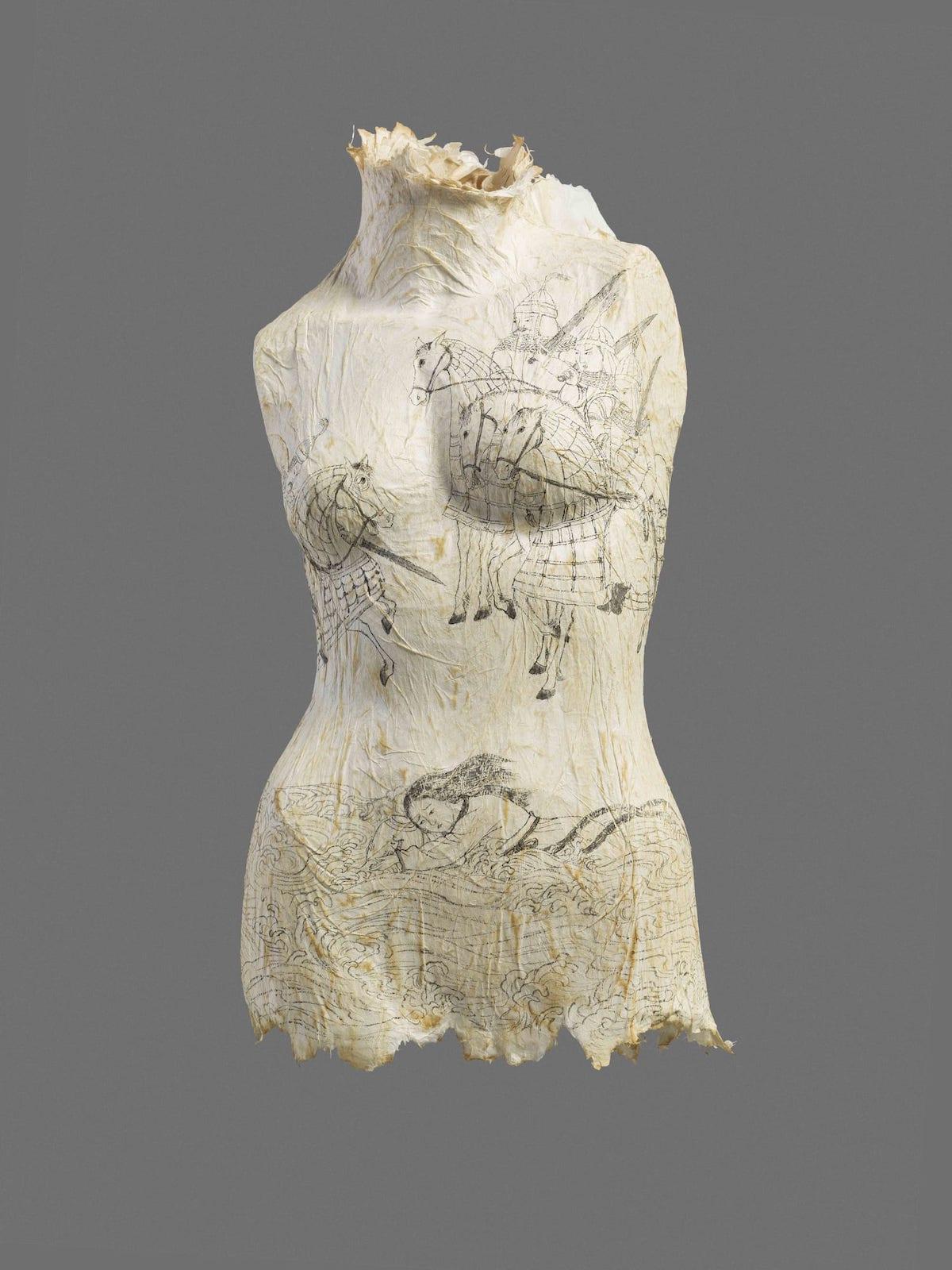 Esculturas de papel cubiertas con narrativas femeninas